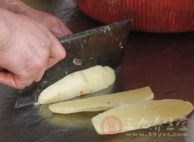 很多人切完土豆丝、茄子丝后直接就浸泡在水中