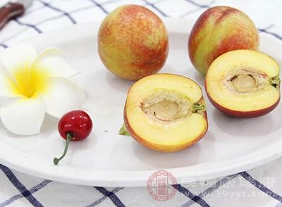水蜜桃2个、西红柿1个,大杏仁适量、蜂蜜