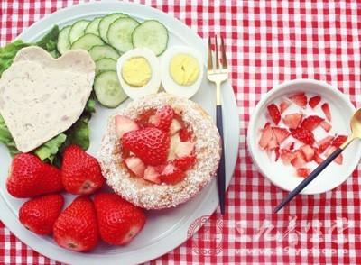 草莓富含多种维生素。草莓中所含的胡萝卜素是组成维生素A的主要物质