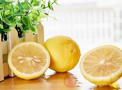 柠檬味酸甘、性平,具有抗菌消炎、清热化痰、健脾和胃的功效