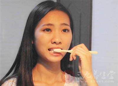 一定要注意个人的卫生,经常清理口腔,早晚要刷牙