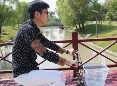骑自行车和跑步、游泳一样,是一种最能改善人们心肺功能的耐力性锻炼