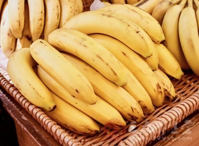 香蕉去皮后,切成薄片