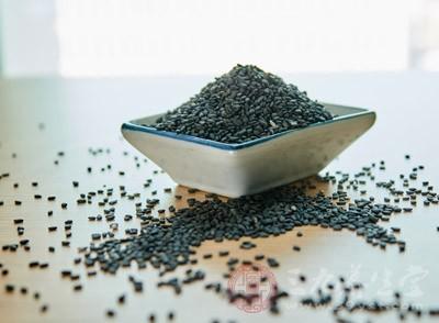 像黑芝麻,黑豆,桑椹等这几种食物,常吃有补肝肾,益精血的功效