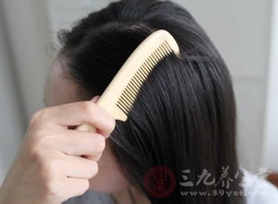 在洗头发之前,可以用梳子将头发梳顺,这样做可以帮助我们更好的清理头皮