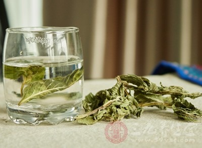 薄荷茶是很适合孕妇的保健茶,它当中含有薄荷精和单宁等成分,可以缓解压力
