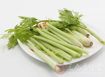 含纤维素较多的蔬菜(如芹菜、韭菜等)能够帮助降血脂