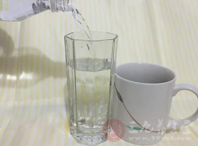 那么宝宝到底能不能喝矿泉水呢?