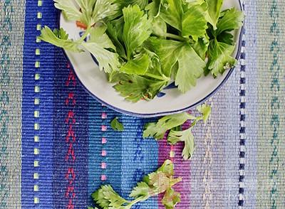 芹菜150g、山药100g、油适量、盐适量、红尖椒适量
