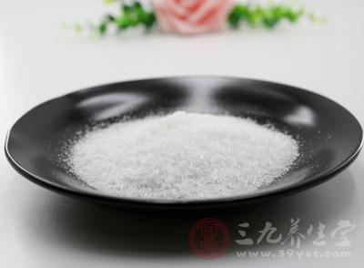 中医用盐治病,早有记载,李时珍说:食盐,味咸、性甘、辛