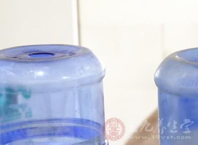 不少人在生活中,饮水受到水垢的影响