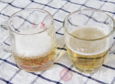 当用有水垢器皿改盛酸梅汤、啤酒等酸性液体时