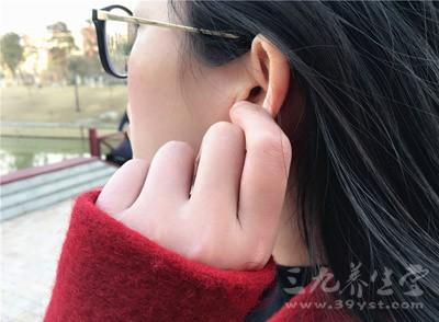 耳朵发红是怎么回事