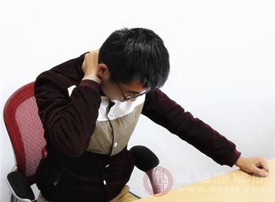 头向其中一侧肩膀倾斜,再换边重复,拉伸脖子两侧的肌肉