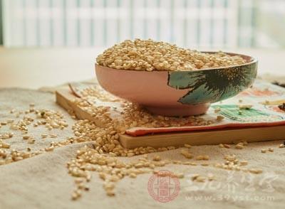 杂粮中含有比精细米中更多的维生素B和维生素E,也含有较多的膳食纤维