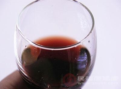 我们在倒红酒时,酒瓶标朝上