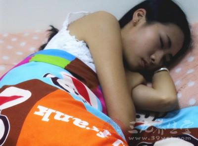 产妇坐月子盖被不开空调 致中暑身亡