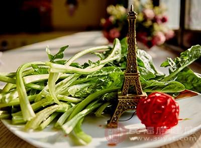 多补充绿叶蔬菜和钙质食物