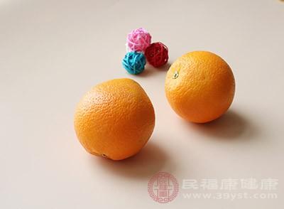 橙子对切,取出果肉