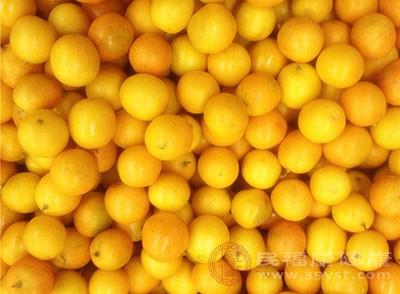 发现喉咙异常的时候可以吃点金橘来缓解