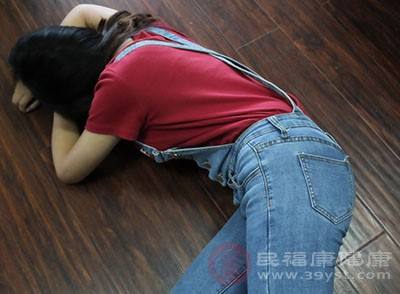 当颈椎病病人颈部旋转时突然感到下肢发软而摔倒