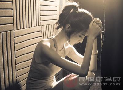 近视后容易视疲劳,尤其是近视后不及时矫正,容易出现头晕、头痛、注意力不集中