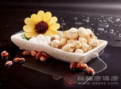 山药芡实莲子粥含有山药、芡实和莲子三种食材