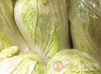 將大白菜剝去外面的一層,然后斜刀切成片