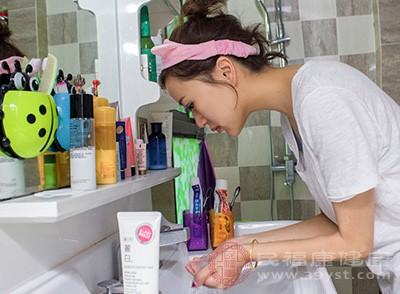 在进行化妆之前,首先要进行基本的护肤流程,主要是洗脸、水乳、精华、面霜,由轻到厚,使肌肤保持比较水润的状态