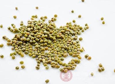 在平时可以选择食用绿豆来治疗