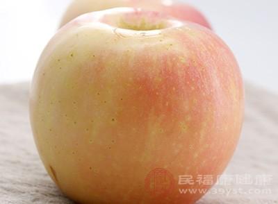 可能大家對這種說法有所不了解,把蘋果放在冰箱里冰涼了,然后削了皮,切成條,用白糖涼拌一下,酸酸甜甜的,是夏天的一種美食佳品