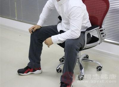 人坐上过软的沙发,臀部会下陷,背部的肌肉会被拉长