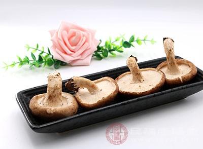 香菇六、七朵,用刀在上面切三、四道十字花