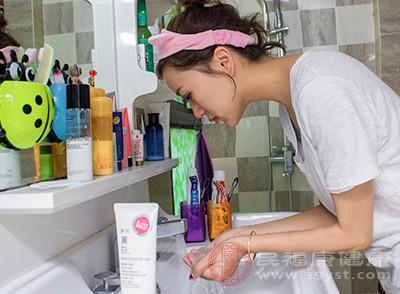 洗脸步骤很重要,先用热水或是温水洗,待毛孔张开后,用洗面乳,这样可以让脸清洁的更彻底