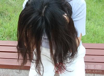 当发现头发开始慢慢减少的时候,就需要格外的注意,在洗发护发的时候要尽量轻柔,防止头发的大把掉落