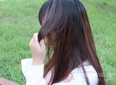 脱发及头发变黄的因素之一是由于血液中有酸性毒素,原因是体力和精神过度疲劳