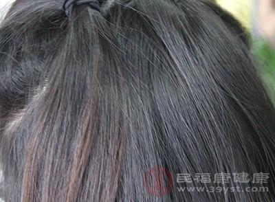 头发分叉怎么办 注意补水能缓解这个问题