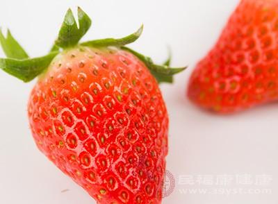 草莓中的蘋果酸具有收斂作用,可以幫助清除牙斑菌和牙垢,亮白牙齒