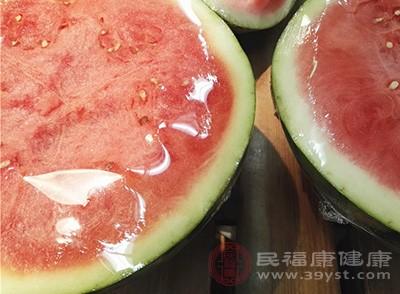 西瓜是一种富含柠檬酸的水果,可以减少体内多余的脂肪