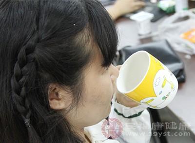 每次餵奶前,試著喝一杯水或果汁