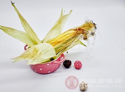 玉米含丰富的纤维素,可以刺激胃肠蠕动,防止便秘