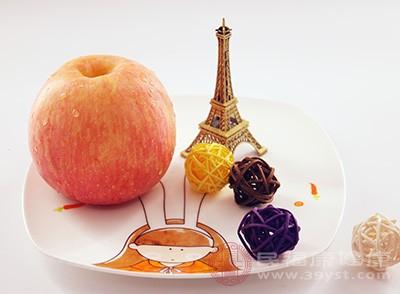 苹果切薄片,放入柠檬水中浸泡10分钟