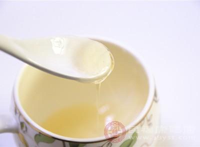 蜂蜜2汤匙,加温开水半杯,搅匀