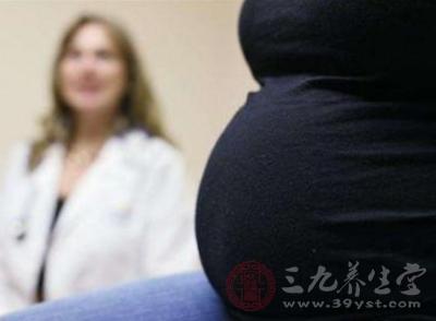 医生看见顾女士那圆滚滚的肚子问:你是怀孕了吗