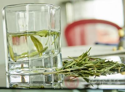 白茶性凉,适用人群和绿茶相似