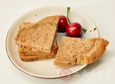 梁女士在当地一家连锁超市的面包柜台花20元买了两袋面包