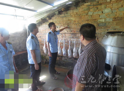该烤鸭作坊位于青松乡子宰林场内,位置较为偏僻