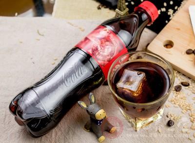 因为汽水等饮料大多含有磷酸盐同体内铁制裁产生化学反应,使铁质难以吸收