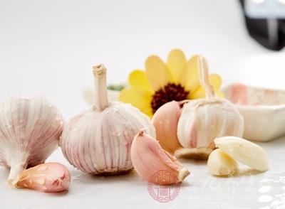 用大蒜是十分有效的方法,在牙疼的时候,在大蒜上面切开一个口