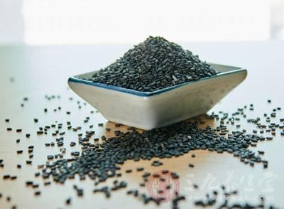 日常生活中多食黑芝麻类食物,因为黑芝麻具有美容乌发的作用,能有效改善白发问题